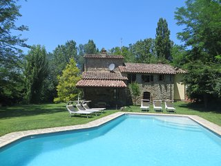 Pretty riverbank cottage with pool and garden!, Umbertide