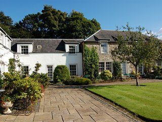 The Courtyard, cosy 2 bed holiday cottage, Troon