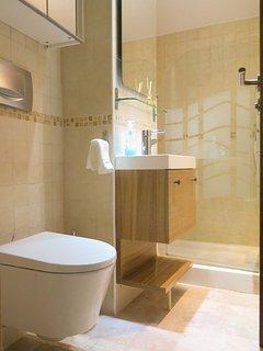 Baño completo totalmente reformado con diseños de calidad y elegancia.