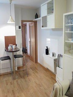 Vista global del salón-cocina. Diseño, elegancia unidos produciendo un ambiente relajante.