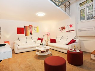 VERY SPECIAL OFFER: FULLY EQUIPPED CHARMING PRIVATE FLAT A FEW STEPS FROM NAVONA