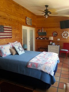 Sun-porch features Queen Bed, 2 Ceiling Fans, Flatscreen TV, Bright Windows & Opens to Pool!