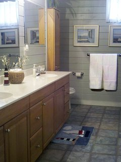 Huge Bath with Double Sinks and 2 Showerheads!