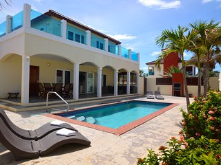 Private Villa and Pool walking distance to Palm Beach!