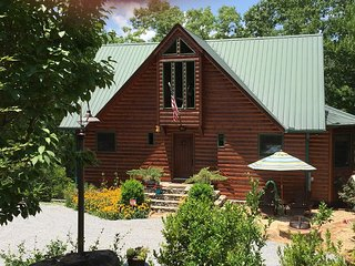 Halfway Up Cabin, View, 5 min to Downtown, WIFI, Blue Ridge