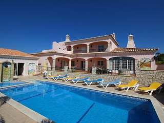 Casa Vale, Stunning large villa, 4 Bedrooms, Sleeps 9, Swimming pool with Bar & Covered BBQ area, Carvoeiro