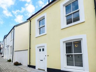 THE YELLOW HOUSE, enclosed garden with patio, WiFi, in Newquay, Ref 946404
