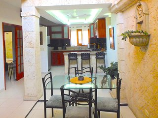 Old City 3BR: balcony, great wifi, AC, hot water, Cartagena