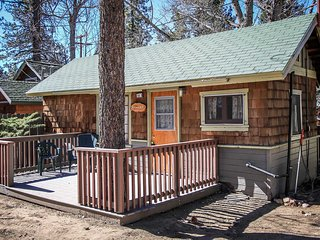 Sunset Cabin~Cute Lakeside Location~Cozy Living Room~Pet Friendly~Walk To Town~, Big Bear Region