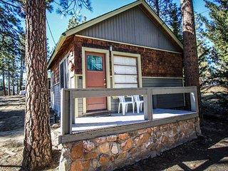 Juniper Cabin~Cozy & Romantic~Walk To Town~Basic Kitchen/Cookware~WiFi~BBQ~