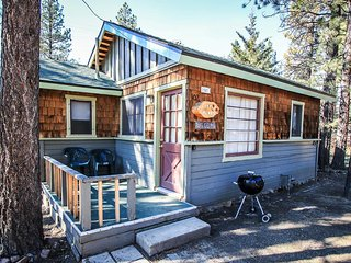 Little Pines~Romantic & Cozy Couple's Cabin~Walk To Lake~Fireplace~Full Kitchen~, Big Bear Region