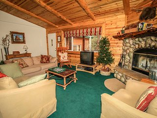 Aspen Grove~Fabulous Log Home~Cozy Living Room~Practical Kitchen~Fenced Yard~