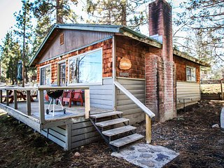 Lakefront Romantic Couple's Cabin~Cozy Fireplace~Kitchen~WiFi~Walk To Town~Pets~, Big Bear Region