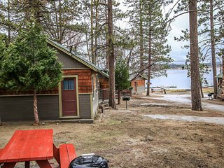 Lakeview Family Cabin~Walk To Shore/Fishing Area and Town~Fireplace~Pets Ok~, Big Bear Region