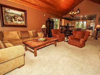 Snow Summit Chalet~Packed Garage Game Room~In-Deck Hot Tub~Amazing Location~
