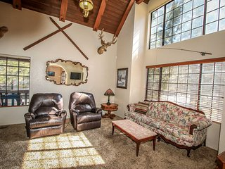 Grumpy Bear Retreat~Game Table~Vaulted Ceilings~Super Cozy & Warm~Great Location