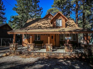 Fun Two Story Cabin~Foosball~Indoor Spa~Newly Remodeled Kitchen~Fireplace~WiFi~, Big Bear Region