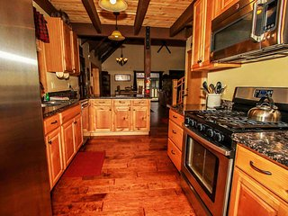 All Seasons Alpine Retreat~Dry Sauna/Jacuzzi~Game Room With Pool Table/Foosball~