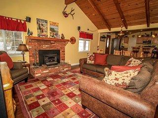 ~Lazy Bear Lodge~Mountain Decor~Hardwood Floors~Full Kitchen~Great Location~