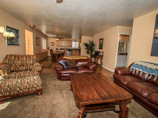 Ski Inn~Entertaining Family Cabin~Private Hot Tub~Game Room With Pool Table~