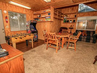 The Shady Lady~Nicely Remodeled Two Story Cabin~Game Room~Laundry~Walk To Lake~