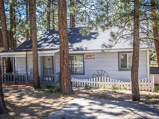 ~Pines 23~Adorable Mountain Cottage~Walk To Lake Location~