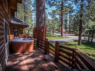 ~Forest Treehouse~Adorable Central Retreat~Essentials Plus Hot Tub~Walk To Lake~