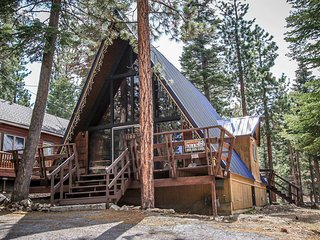 Bruin Haus Cozy A-Frame Cabin~Foosball~Outdoor Spa~Gas Fireplace~Kitchen~WiFi~