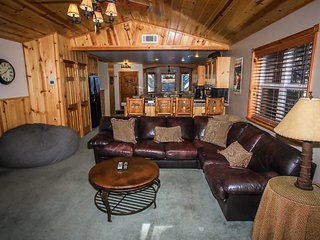 Comfy Cabin~Super Clean Log Home~Private Outdoor Spa & Fenced Yard~Great Local~