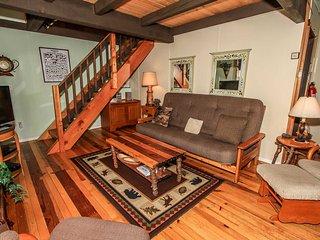 Bear Lookout~Cozy Mountain Cabin~Central Heat/Fireplace~Full Kitchen~Pets Ok~