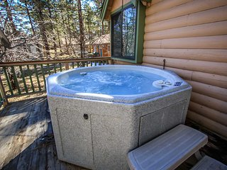 Kelly's Kabin~Outdoor Spa~Walk To Lake Location~Gas Fireplace~Premium Cable~