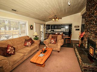 Bear Stone~Nicely Furnished Cabin~Pool Table~Arcade Game~Jetted Tub~Free WiFi~