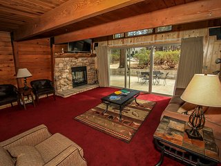 Summit Paradise Cabin~Cozy Loft~Foosball~Fireplace~Huge TV~WiFi~Walk To Slopes~, Big Bear Region