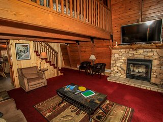Summit Paradise Cabin~Cozy Loft~Foosball~Fireplace~Huge TV~WiFi~Walk To Slopes~