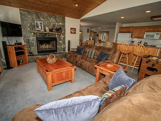 I Love View~Upper Moonridge Cabin~Treed Mountain Views~Jetted Tub~Fireplace~