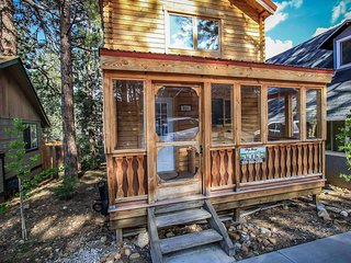 Sugar Shack Cabin~Equipped With Essentials~Relaxing & Woodsy Location~Laundry~