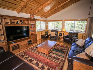 Angel View Chalet Mountain Cabin~Pool Table/Game Room~Outdoor Hot Tub~WiFi~, Big Bear City