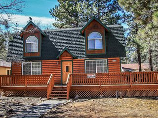 Cozy Sugarloaf Cabin~Newer Furnishings~Fenced Yard/Pets~Full Kitchen~Fireplace~