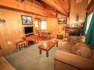 A Main Escape Cabin~Walk To Town/Lake~Loft~Cable/HBO~Kitchen~Fireplace~W/D~