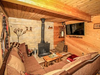 Lazy Moose N Bear Cabin~Relaxed Living Room~Wood Stove~Fenced Yard/Pets~WiFi~