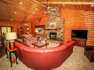 Cornerstone Lodge Log Home~Newly Furnished~Jetted Spa Tub in Master Bathroom~