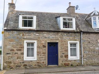 ALT NA VOIR, end-terrace, pet-friendly, lawned garden, WiFi, in Tomintoul, Ref