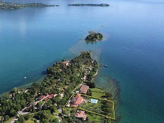 Villa Elena, Waterfront with private pool & AC, Manerba del Garda