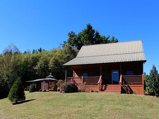 Cozy Cabin Within Walking Distance of the New River, Mtn Views, WiFi and More, West Jefferson