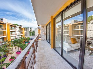 Trendy 2BR condo in the heart of downtown by Happy Address