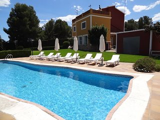 Villa Iris, Private Pool, Tennis, 3000m2 Garden, near to Barcelona and Sitges