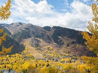 Sprawling 6BR, 5BA Aspen Mountain Home with Hot Tub – Near Slopes & Downtown