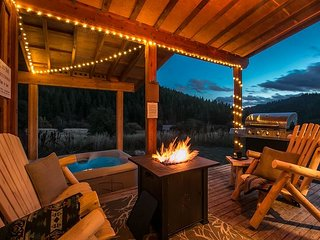Tiny living at the BEAVER HILL CABIN: Hot tub, Propane Firepit, Cozy!