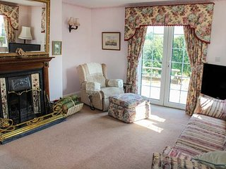 WHITE OAK GRANGE, detached, open fire, en-suite, WiFi, gardens, Hagworthingham, Horncastle Ref 944667