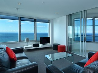 HUGE 2 BED APT SLEEPS 8 OCEAN VIEWS, Surfers Paradise